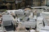 石店工場で細かく切られて捨てられる墓石